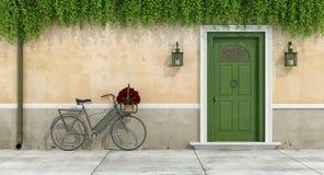 Landshus med den gamla dörren och cykeln royaltyfri illustrationer