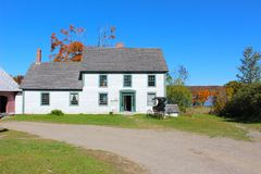 Landshus med gammalmodig barnvagn n New Brunswick, Kanada arkivfoto