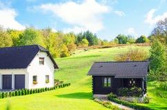 Landshus med vårgräsplanlandskap Royaltyfri Foto