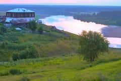Landshus nära en flod Arkivbilder