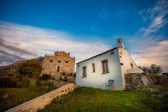 Landshus och liten fästning Royaltyfri Foto