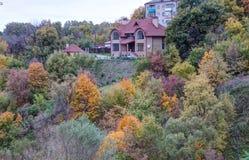 Landshus på hösten Arkivbilder