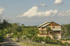 Landshus på sidan av vägen med härligt landskap royaltyfri bild