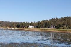 Landshus vid sjön Royaltyfri Fotografi