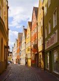 Landshut, Германия мостить улицу с старыми зданиями Стоковая Фотография RF