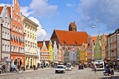 Landshut Tyskland - färgrik sikt av centret med beautien Arkivfoton