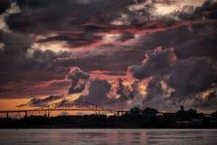 Landskampen överbryggar på solnedgången Arkivbild