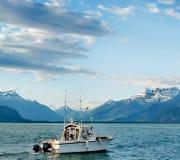 Landskap över sjögeneva bucklor du midi och schweiziska fjällängar med en fiskebåt som firstground royaltyfria foton