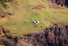 Landskap alpin äng för höst på monteringen Aibga, en pajasfasoner av herdar arkivfoto