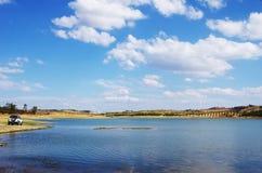 Landskap av Alqueva sjön, Amieira by Arkivbild