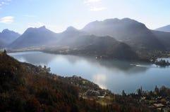 Landskap av Annecy sjön i Frankrike Fotografering för Bildbyråer