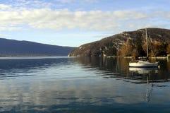 Landskap av Annecy sjön i Frankrike Royaltyfri Foto