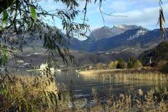 Landskap av Annecy sjön i Frankrike Arkivfoton