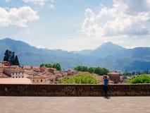 Landskap av Barga, Tuscany, Italien royaltyfria foton