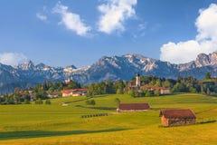 Landskap av Bayern och alpina fjällängar Arkivfoto