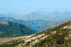 Landskap av berg och sjön i cirkeln av Kerry i vår royaltyfria foton