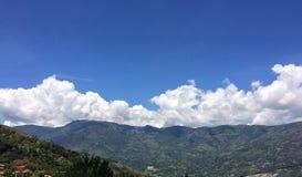 Landskap av berg som omfamnas av en härlig himmel royaltyfria foton