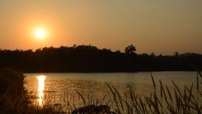 Landskap av berget på solnedgång i den Wang Bon behållaren Thailand arkivfilmer