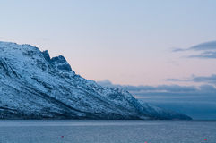 Landskap av bergreflexionen, Ersfjordbotn, Norge Royaltyfria Bilder