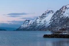 Landskap av bergreflexionen, Ersfjordbotn, Norge Arkivbild