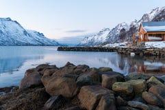 Landskap av bergreflexionen, Ersfjordbotn, Norge Arkivfoto