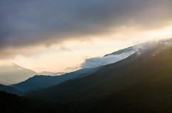 Landskap av bergsikten med soluppgång i morgonen Arkivfoton