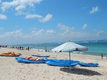 Landskap av blåa kajaker och det vita stora paraplyet Royaltyfri Fotografi