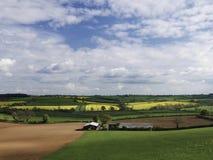 Landskap av bondefält i blandat bruk Arkivfoton