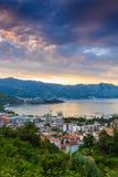 Landskap av Budva riviera i Montenegro på soluppgång Arkivbilder