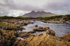 Landskap av Cuillin kullar och floden, skotska högländer Arkivfoto