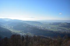 Landskap av de schweiziska fj?ll?ngarna fr?n Uetliberg arkivfoto