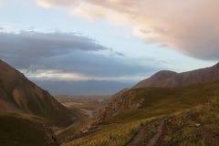 Landskap av den bergiga Kirghiziaen Arkivbild