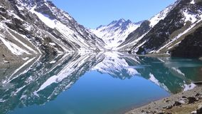 Landskap av den bergsnö och lagun i Santiago, Chile Fotografering för Bildbyråer