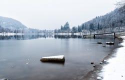Landskap av den djupfrysta sjön Ghirla på en kall vinterdag, landskap av Varese, Italien arkivbilder
