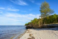Landskap av den Dnipro kustlinjen, solig dag, sandig strand, blått Arkivbild