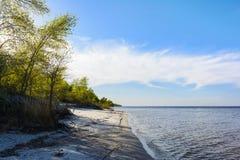 Landskap av den Dnipro kustlinjen, solig dag, sandig strand, blått Fotografering för Bildbyråer