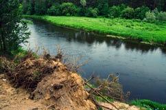 Landskap av den flödande floden royaltyfria bilder