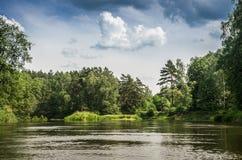 Landskap av den flödande floden arkivbild