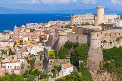 Landskap av den gamla staden Gaeta med den forntida slotten Royaltyfri Fotografi