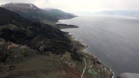 Landskap av den gröna bergsikten från helikoptern på kustlinjen av Antarktis lager videofilmer