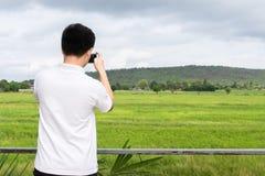 Landskap av den gröna skogen med baksida av den turist- handelsresanden för asiatisk man i berget arkivbild