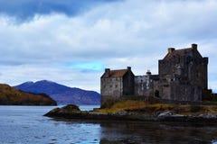 Landskap av den härliga arkitektoniska slotten i den skotska Skotska högländerna Arkivfoton