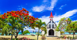Landskap av den härliga Mauritius ön - röd kyrka på stranden royaltyfri bild