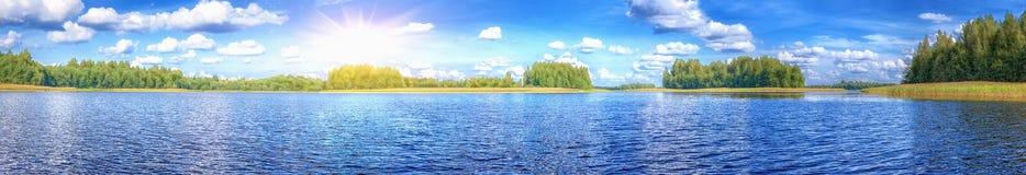 Landskap av den härliga sjön på den soliga dagen för sommar Fotografering för Bildbyråer