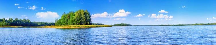Landskap av den härliga sjön på sommardagen Fotografering för Bildbyråer