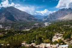 Landskap av den Hunza dalen och Nagar i Oktober som avskiljs av floden och omges av berg royaltyfri foto
