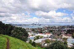 Landskap av den i stadens centrum Auckland staden & devonport, NZ Arkivfoton