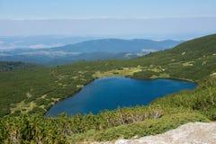 Landskap av den lägre sjön, de sju Rila sjöarna, Bulgarien Arkivbilder