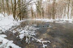 Landskap av den lösa floden med solnedgånghimmelreflexion i bergen, i vinter Arkivfoton