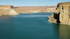 Landskap av den pittoreska blåa sjöhandfatet stock video